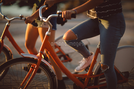 Low section of friend riding bicycleの写真素材 [FYI02235829]