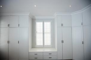Empty wardrobe in living roomの写真素材 [FYI02235863]