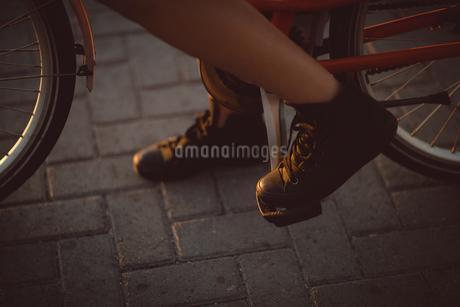 Woman paddling bicycleの写真素材 [FYI02235866]