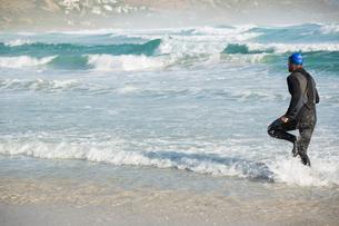 Athlete running on sea shoreの写真素材 [FYI02235918]