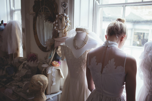 Rear view of young bride in white wedding dressの写真素材 [FYI02235920]