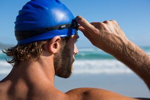 Shirtless athlete wearing swimming gogglesの写真素材 [FYI02235934]