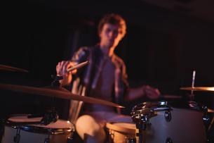 Drummer playing on drum setの写真素材 [FYI02235943]