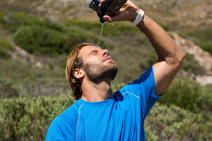 Athlete putting water on faceの写真素材 [FYI02235979]