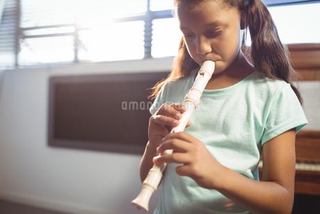 Girl practicing flute in classの写真素材 [FYI02236009]