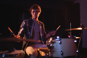 Drummer playing on drum setの写真素材 [FYI02236020]