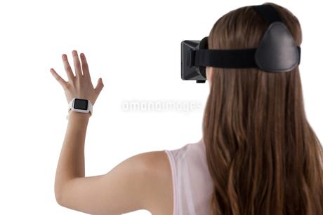 Teenage girl using virtual reality headsetの写真素材 [FYI02236064]
