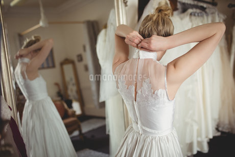 Rear view of bride wearing wedding dressの写真素材 [FYI02236067]