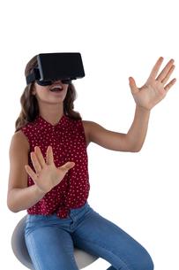 Teenage girl using virtual reality headsetの写真素材 [FYI02236130]