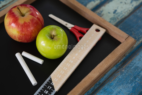 School supplies and slate on wooden tableの写真素材 [FYI02236179]