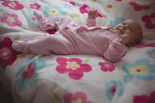 Full length of cute baby lying in bedの写真素材 [FYI02236195]