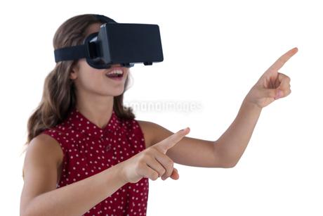 Teenage girl using virtual reality headsetの写真素材 [FYI02236285]