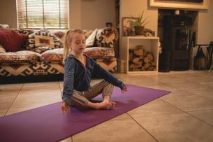Girl performing yoga in living roomの写真素材 [FYI02236313]
