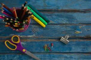 Various school supplies on wooden tableの写真素材 [FYI02236316]