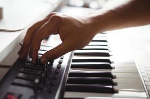 Hand of male audio engineer using sound mixerの写真素材 [FYI02236332]