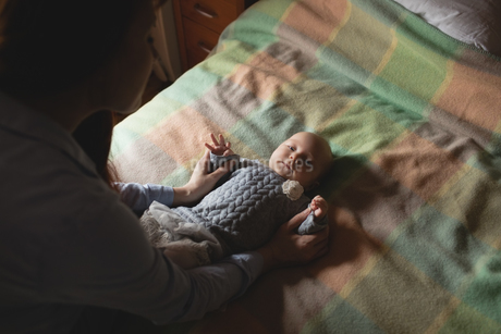 Mother playing with her baby in bedroomの写真素材 [FYI02236359]