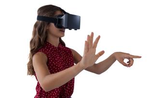 Teenage girl using virtual reality headsetの写真素材 [FYI02236366]