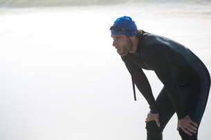 Tired male athlete on shoreの写真素材 [FYI02236490]