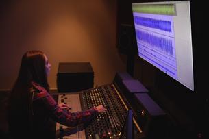 Female audio engineer using sound mixerの写真素材 [FYI02236495]
