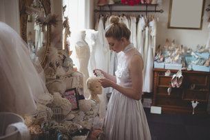 Young bride in a white dress choosing lacesの写真素材 [FYI02236539]