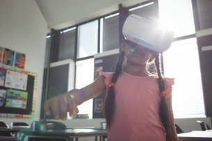 Girl wearing virtual reality simulatorの写真素材 [FYI02236578]