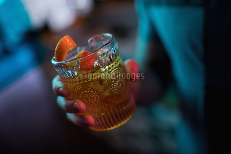 Man holding a glass of cocktail in barの写真素材 [FYI02236646]