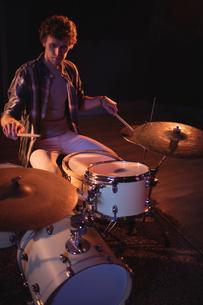 Drummer playing on drum setの写真素材 [FYI02236657]