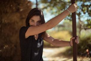 Beautiful woman holding poleの写真素材 [FYI02236665]