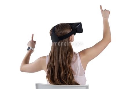 Teenage girl using virtual reality headsetの写真素材 [FYI02236666]