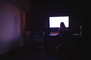 Female audio engineer using sound mixerの写真素材 [FYI02236718]
