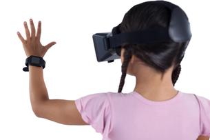 Girl using virtual reality headsetの写真素材 [FYI02236733]