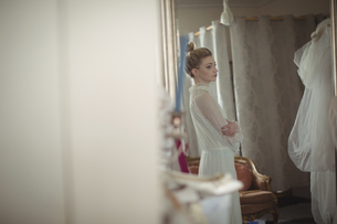 Young bride looking at herself in mirrorの写真素材 [FYI02236793]