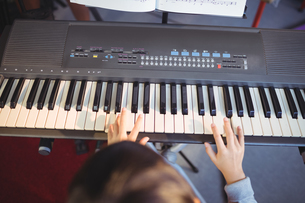 Cropped image of girl playing pianoの写真素材 [FYI02236823]