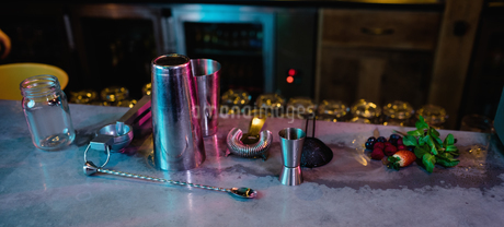 Bar accessories with cocktail ingredients on counterの写真素材 [FYI02236853]