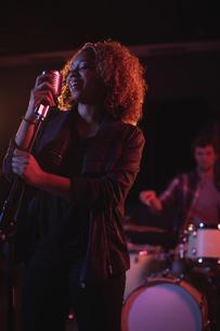 Woman singing on retro microphoneの写真素材 [FYI02236874]