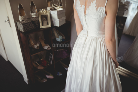 Mid-section of young bride in white wedding dressの写真素材 [FYI02236877]