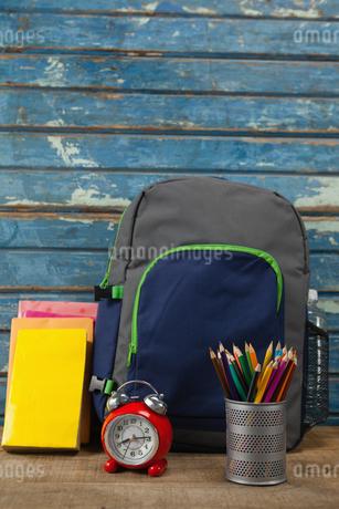 Bagpack, books, alarm clock and pen holderの写真素材 [FYI02236962]
