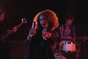 Portrait of woman singing on microphoneの写真素材 [FYI02236970]