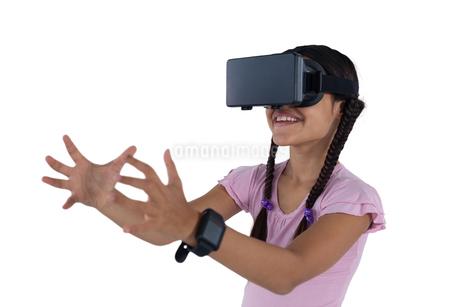 Teenage girl using virtual reality headsetの写真素材 [FYI02236999]