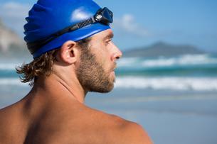 Close up of shirtless athlete looking awayの写真素材 [FYI02237001]
