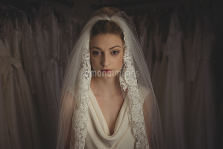 Young bride in a white dress in a boutiqueの写真素材 [FYI02237124]