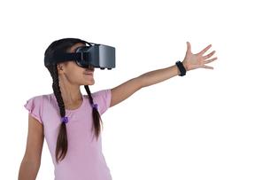 Teenage girl using virtual reality headsetの写真素材 [FYI02237191]