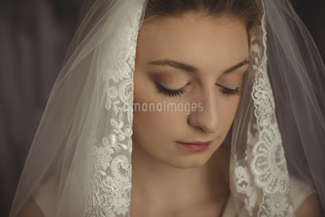 Young bride in a white dress looking awayの写真素材 [FYI02237201]