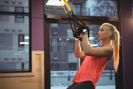Fit woman exercising with resistance bandの写真素材 [FYI02237210]