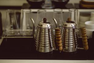 Metallic jugs on tableの写真素材 [FYI02237265]