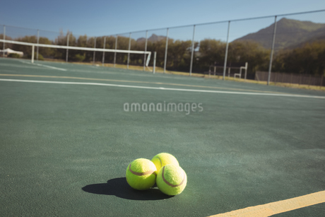 Tennis balls on empty courtの写真素材 [FYI02237271]