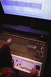 Female audio engineer using sound mixerの写真素材 [FYI02237278]