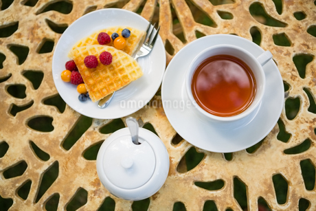 Cup of tea with dessert on tableの写真素材 [FYI02237352]