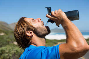 Athlete drinking water from bottleの写真素材 [FYI02237353]