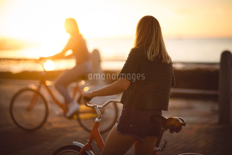 Woman standing with bicycle on streetの写真素材 [FYI02237367]